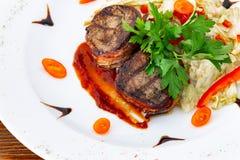 Soczysty befsztyka kolonel od średniej rzadkiej wołowiny z kumberlandem na białym talerzu zdjęcia royalty free
