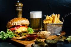 soczysty cheeseburger z dłoniaków, zalew, piwa i coleslaw sałatką, słuzyć bistrami Zdjęcia Royalty Free
