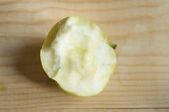 Soczysty dojrzały Zielony Apple gryźć na drewnianym tle Zdjęcia Royalty Free