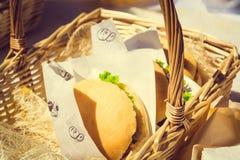 Soczysty hamburger w koszu na karmowym rynku Zdjęcie Stock
