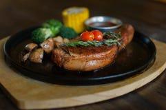 Soczysty piec na grillu wieprzowina kotlecik z rozmarynowym liściem, pieczarka, czosnek, Obrazy Royalty Free