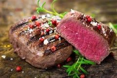 Soczysty Polędwicowy stek z Świeżymi ziele Zdjęcie Stock