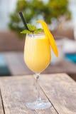 Soczysty smoothie od mango w szkle z słomą na drewnianym stole obrazy royalty free