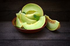 Soczysty sukulent i wy?mienicie melon, plasterki melonowy kantalup w pucharze zdjęcie royalty free