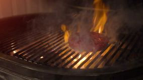 Soczysty wołowina hamburger piec na grillu na grillu z ogieniem od węgla drzewnego zdjęcie wideo