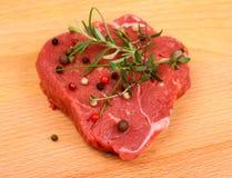 Soczysty wołowina stek z pikantność i ziele zdjęcia royalty free
