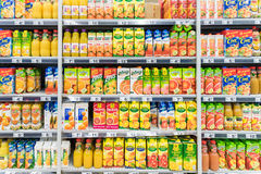 Soda alaranjada Juice Bottles On Supermarket Stand foto de stock