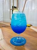 Soda azul de Havaí no copo de vidro, Mocktail imagem de stock
