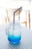 Soda azul de Hawaii en la tabla en café de la cafetería Imagenes de archivo