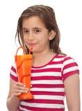 Soda bevente della piccola ragazza da un vaso divertente Fotografie Stock Libere da Diritti
