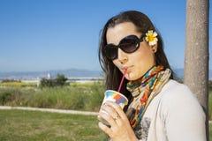 Soda bevente della ragazza con una paglia Immagine Stock Libera da Diritti