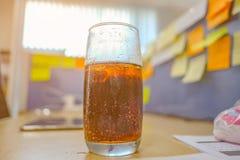 Soda dans le verre sur le bureau photos stock