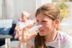 Soda de consumición de la colegiala adolescente joven en un día de verano Foto de archivo