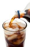Soda de derramamento em um vidro Fotografia de Stock Royalty Free