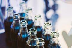 Soda de restauración de Brown en botellas en barra de caramelo en la tabla fotos de archivo