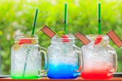 Soda di Apple della soda della fragola e blu Hawai su un vassoio di legno Immagine Stock Libera da Diritti