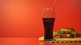 Soda die van glas, verslaving aan gezoet en hoog calorievoedsel verdwijnen stock videobeelden