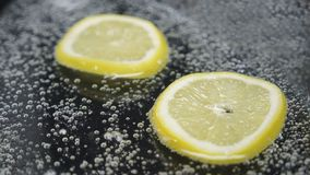 Soda efervescente e limão nele ilustração do vetor
