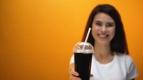 Soda feliz de la dieta de la demostración de la muchacha a la cámara, bebida baja en calorías, forma de vida sana metrajes