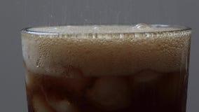 Soda het vullen in glas met ijs stock footage