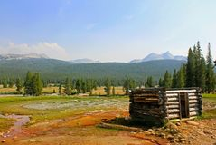 Soda Springs kabin, Tuolumne Meadwos, Yosemite nationalpark royaltyfria bilder