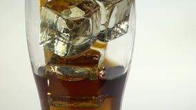 Soda in un vetro con la bevanda del ghiaccio attraverso un tubo Priorità bassa bianca ckose su stock footage