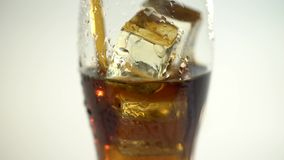 Soda in un vetro con la bevanda del ghiaccio attraverso un tubo Priorità bassa bianca ckose su archivi video