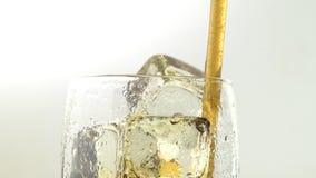 Soda in un vetro con la bevanda del ghiaccio attraverso un tubo Priorità bassa bianca Fine in su video d archivio