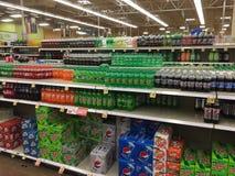 Sodadranken voor verkoop bij kruidenierswinkelopslag TX Stock Foto