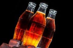 Sodaglasflaschen lokalisiert auf einem Schwarzen Stockbild