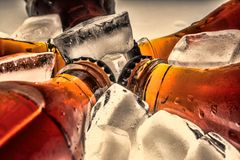 Sodaglasflaschen in Würfeln eines gekühlten Eises Stockfotografie