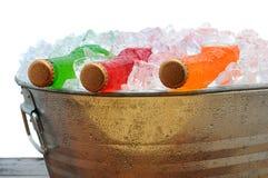 sodavatten för flaskhinkdeltagare arkivfoto