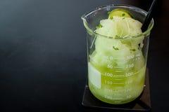 Sodavatten för smoothien för sommardrinklimefrukt tjänade som i stil för labbglasföremål Royaltyfri Foto