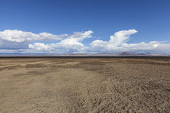 Sodavatten lägenheter för gyttja för torr sjö i Mojaveöknen arkivbilder