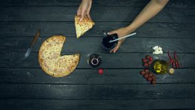 Sodavatten- och ostpizza på ekologisk svart bakgrund