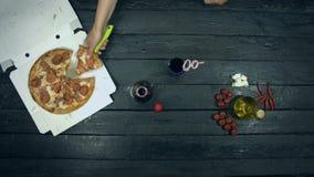 Sodavatten och toppen köttpizza på ekologisk svart bakgrund