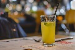 Sodavattendrink med limefrukt och mintkaramellen med ett sugrör Arkivfoto