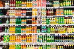 Sodavattendrinkar på supermarketställning arkivfoto