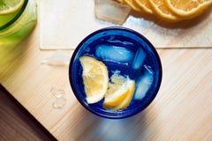 Sodawater, soda of een jenever en een tonicum in kleurrijke glazen met citroen en ijs Royalty-vrije Stock Foto