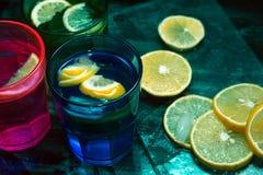 Sodawater, soda of een jenever en een tonicum in kleurrijke glazen met citroen en ijs Stock Foto
