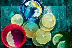 Sodawater, soda of een jenever en een tonicum in kleurrijke glazen met citroen en ijs Stock Afbeelding