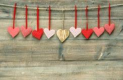 Słodcy czerwoni serca na drewnianym tle czerwona róża Obrazy Royalty Free