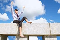 Soddisfatto con un tirante sul tetto Immagine Stock