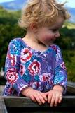 Soddisfatto poca ragazza dei capelli biondi Immagini Stock Libere da Diritti