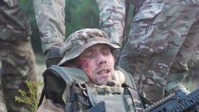 Sodiersteam op slagveld stock footage