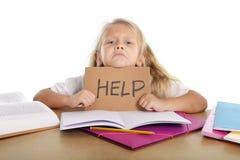 Słodka mała szkolna dziewczyny mienia pomoc podpisywać wewnątrz stres z książkami i pracą domową Zdjęcie Royalty Free