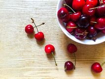 Słodkie wiśnie w bielu talerzu Obraz Stock