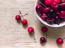 Słodkie wiśnie w bielu talerzu Obrazy Royalty Free