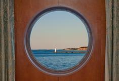 Sodus Trzymać na dystans latarnia morska na Jeziornym Ontario widzieć przez Łódkowatego Porthol Obrazy Royalty Free
