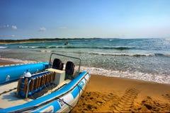 在海滩的潜水者的小船 免版税库存图片